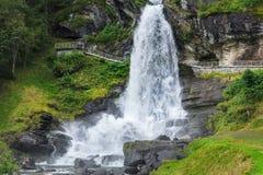 Steinsdalsfossen-Wasserfall in Norwegen lizenzfreies stockfoto