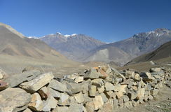 Steinseitenstraßewand im Himalaja lizenzfreies stockfoto