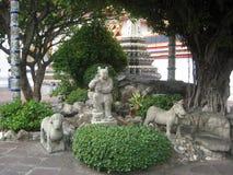 Steinskulptur eines Kindes, des Hundes und des Pferds Stockfoto