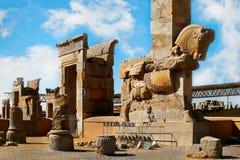 Steinskulptur eines Pferds in Persepolis gegen einen blauen Himmel mit Wolken Das Siegsymbol des alten Achaemenid-Königreiches Lizenzfreie Stockfotos