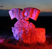 Steinskulptur in farbigem Licht Stockfotografie