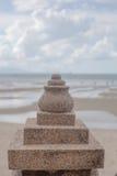 Steinskulptur mit Meer und Leuchtturm Lizenzfreies Stockfoto