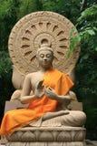 Steinskulptur von Buddha mit Handzeichen Stockfotografie