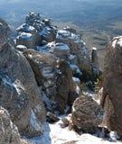 Steinspalten von Dimerdzhi im Winter. Die Oberseite Stockfotografie