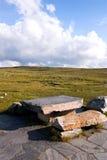 Steinstühle und Tabelle im Berg Lizenzfreies Stockfoto