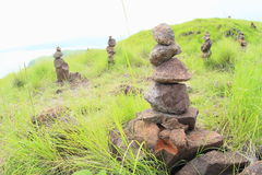 Steinstapel auf Padar-Insel stockfotos
