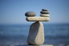 Steinstapelhintergrund Skalabalance Ausgeglichene Steine auf die Oberseite des Flusssteins Entscheiden Sie Problem Zu Pro belaste stockbilder