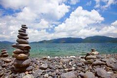 Steinstapeln auf Steinufer Lizenzfreie Stockbilder