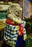 Steinstatue des Gottes heiligen Tempel mit dem bunten traditionellen Cloting schützend lizenzfreies stockbild