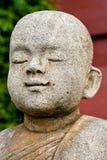 Steinstatue eines Anfängers. Stockfotos