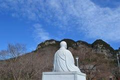 Steinstatue eines Mönchs Lizenzfreie Stockfotos
