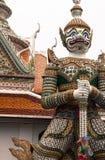 Steinstatuen von mythischen Kriegern im Tempel von wat arun Bangkok Thailand stockbilder