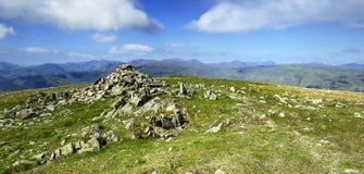 Steinsteinhaufen auf dem Gipfel Stockfotografie