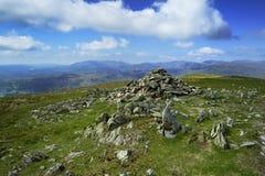 Steinsteinhaufen auf dem Gipfel Stockbilder