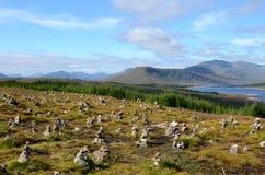 Steinhaufen in Loch Loyne, Schottland Lizenzfreie Stockbilder