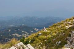 Steinsteinhaufen vor Bergen und Himmel Stockfotos