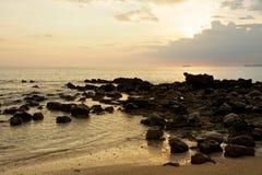 Steinstrand am Sonnenuntergang Lizenzfreie Stockbilder
