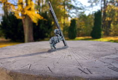 Steinsundial im Herbst-Park Stockfotografie