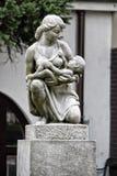 Steinsymbol der Mutterschaft mit Mutter und Kind Stockbilder