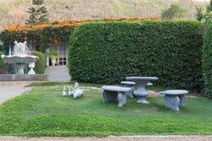Steintabelle und Stühle im Garten Lizenzfreie Stockfotos