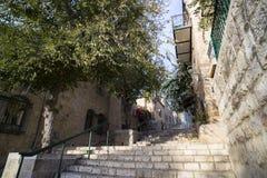Steintreppe auf einer Straße im alten Stadtschuß am sonnigen Sommertag Leben in der Stadt einer alten europäischen Stadt Weinlese lizenzfreies stockbild