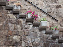 Steintreppe auf Hausmauer Lizenzfreie Stockfotos