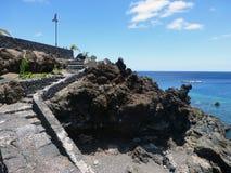 Steintreppe, die zu Meer führt Stockbilder
