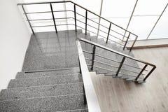 Steintreppe mit dem Metall, das zuhause mit der Eisenbahn befördert lizenzfreie stockbilder