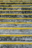 Steintreppe mit gelben Aufbruch-Markierungen Stockbilder