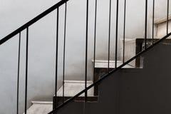 Steintreppe mit Metallgeländer Stockfotos