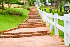 Steintreppe mit weißem Zaun lizenzfreies stockfoto