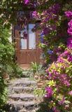 Steintreppen und hölzerne Tür Stockfoto