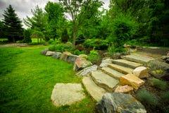Steintreppenhaus auf einem üppigen grünen Garten-Weg Lizenzfreie Stockbilder