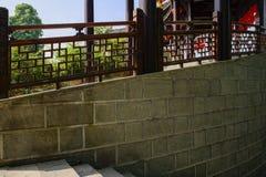 Steintreppenhaus entlang balustraded Kolonnade in sonnigem Sommer morni stockfotografie