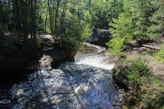 Steintreppenhaus nahe bei einem Wasserfall Stockfoto
