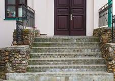 Steintreppenhaus zur Holztür lizenzfreie stockfotos
