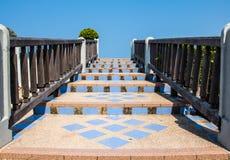 Steintreppenhausgeländer gemacht vom hölzernen und blauen Himmel Lizenzfreies Stockfoto