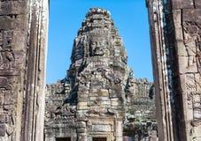 Steinturm mit Steingesicht im Eingang in Angkor Wat lizenzfreie stockbilder