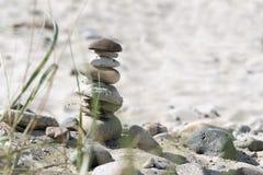 Steinturm und Anlagen auf einem sandigen Strand, Ferienhintergrund Stockfotos