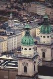 Steinturmdach am alten Schloss in Salzburg lizenzfreie stockfotos