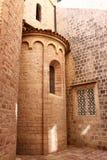 Steinwände der alten Kirche mit kleinen Fenstern Stockfotografie