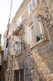 Steinwände und hölzerne Fensterläden in altem Budva, Montenegro Stockbilder