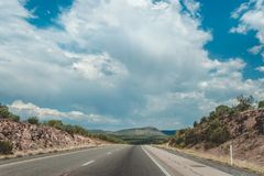 Steinwüste in den USA Über die leblose heiße Wüste von Arizona mit dem Auto reisen Lizenzfreie Stockfotos