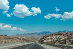 Steinwüste in den USA Reise mit dem Auto über der leblosen Wildnis von Arizona Stockbild