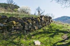 Steinwand auf Berglandschaftshintergrund Stockfotos