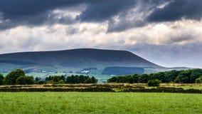 Steinwand auf dem Bauernhof mit Pendle-Hügel im Abstand auf bewölkter SU lizenzfreie stockbilder