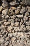Steinwand in der Sonnenscheinruine in Spanien Stockbilder
