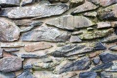 Steinwand der traditionellen alten Weinlese in den schottischen Hochländern Lizenzfreie Stockbilder
