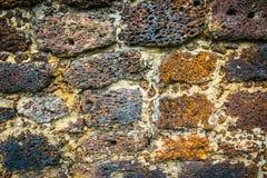 Steinwand des alten Laterite Stockfotos