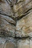 Steinwand des Felsens mit Sprüngen Stockbilder